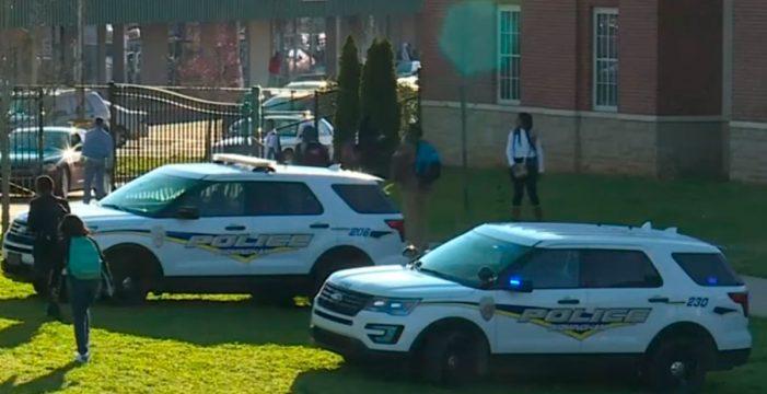"""Muere una estudiante de 17 años en un """"tiroteo accidental"""" en un instituto de Alabama"""