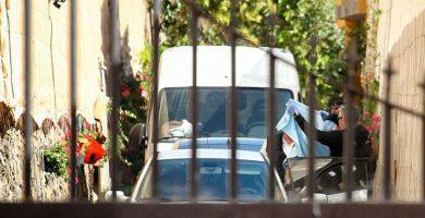 Momento en el que las autoridades sacan al presunto autor del triple crimen de Guaza. / Andrés Gutiérrez