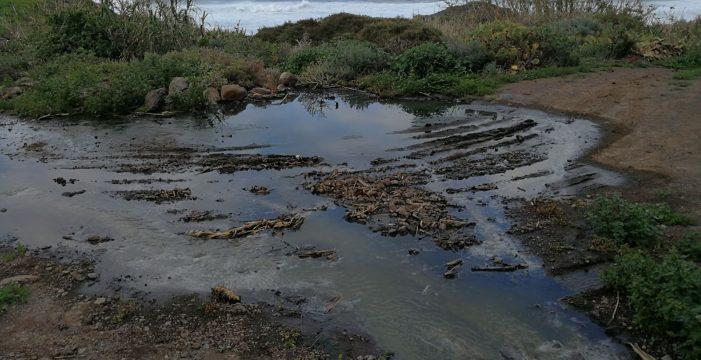 Advierten otra vez del vertido de aguas residuales a la costa desde Las Cruces