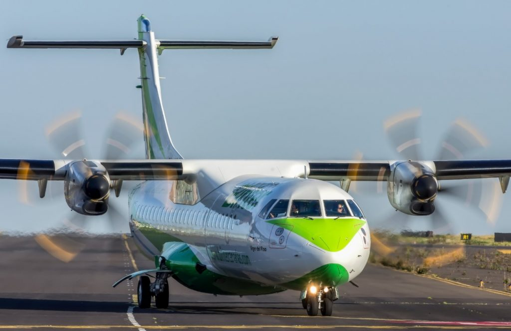 Un avión de Binter en el aeropuerto Tenerife Norte| FOTO: Daniel Santos