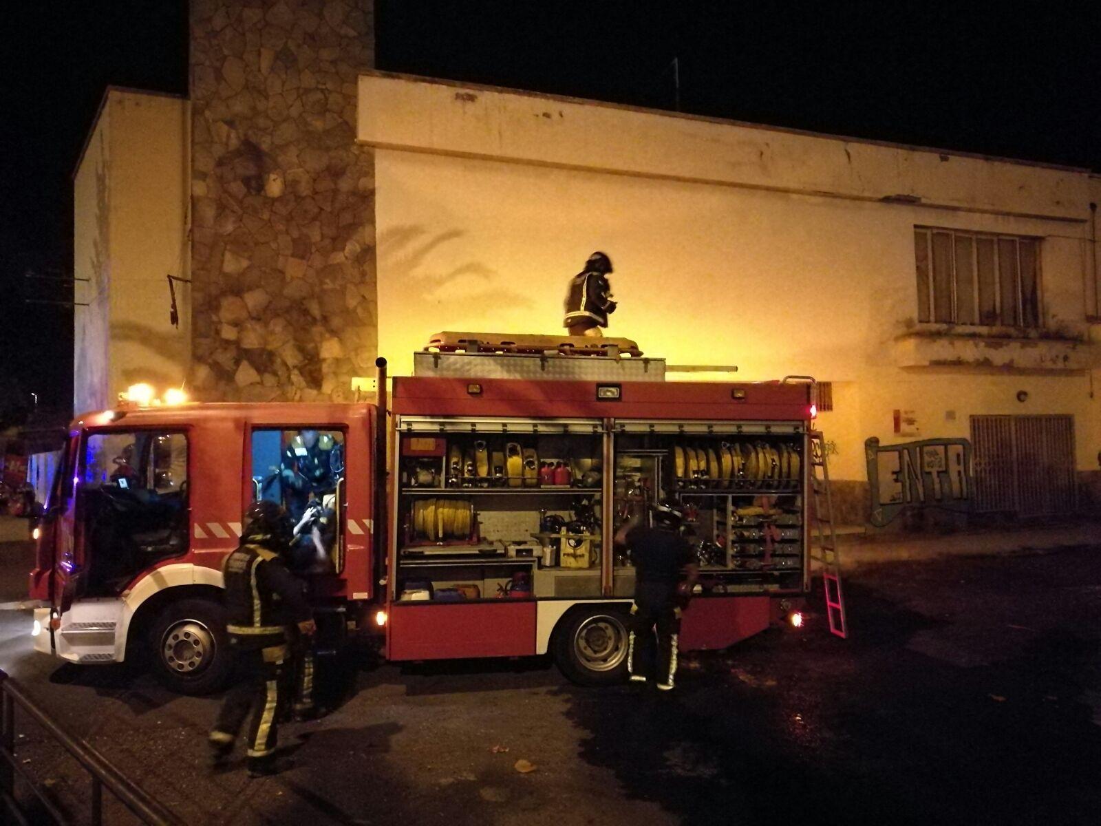 Bomberos de Tenerife sofocan un incendio en el balneario de Santa Cruz. / Sergio Méndez