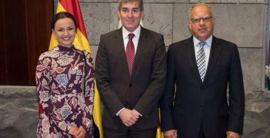 Alba Aula acudió acompañada por el presidente del Cabildo de La Gomera, Casimiro Curbelo, a la recepción con Fernando Clavijo. | DA