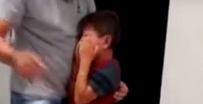 La emocionante reacción de un niño brasileño sordo cuando vuelve a oír