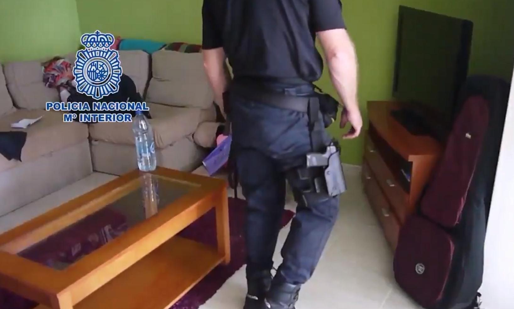La Policía, durante el registro del piso. / MINISTERIO DEL INTERIOR