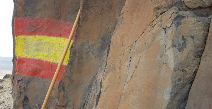 Pintan una bandera española sobre unos grabados prehispánicos en Fuerteventura