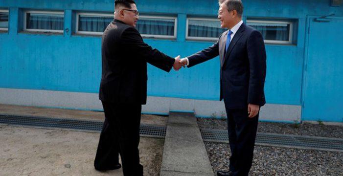 """Los líderes coreanos se reúnen para dar inicio a """"una nueva historia de paz"""""""