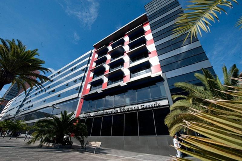 Las imágenes en los recuadros muestran el número de embargos de la Agencia Tributaria Canaria que han prescrito en tan solo 10 días. DA