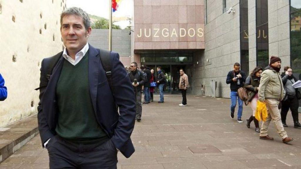 El exalcalde de La Laguna y hoy presidente regional, Fernando Clavijo, ante los juzgados laguneros. DA