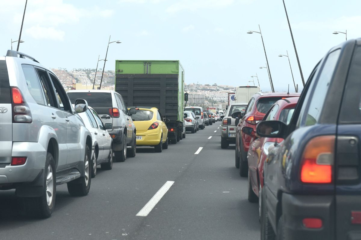 Los atascos de tráfico diarios entre San Isidro y Adeje son una de las imágenes más gráficas del fuerte crecimiento poblacional en la comarca sur. DA