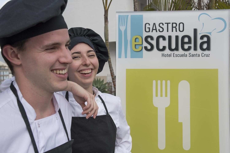 Katherine Tabban Rodríguez y Javier Encinas Pérez, estudiantes del Hotel Escuela Santa Cruz  participan en el certamen. | DA