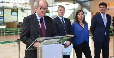 Pedro Agustín del Castillo, durante la rueda de prensa en el Aeropuerto Tenerife Norte, acompañado del resto de autoridades. Sergio Méndez