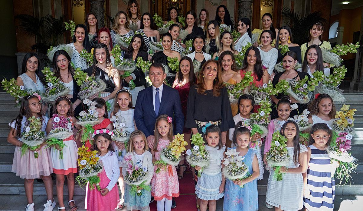 El alcalde, José Manuel Bermúdez, recibió ayer a las candidatas a Reina de las Fiestas de Mayo en el Ayuntamiento de Santa Cruz. Andrés Gutiérrez