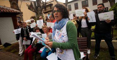 Más de 20 personas se concentraron ayer en la plaza del Kiosco para defender el arbolado de la Villa. Fran Pallero