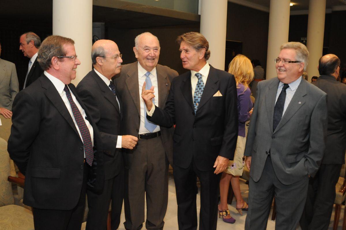 Corrillo en el          acto de entrega de la Medalla de Oro del Parlamento a los expresidentes de la Junta de Canarias, el 25 de junio de 2010. DA