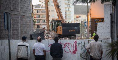 Varios transeúntes observan el lugar de la tragedia días después del derrumbe. Andrés Gutiérrez