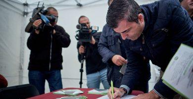 Manuel Domínguez estampa su rúbrica en la campaña que trata de lograr el millón de firmas. DA