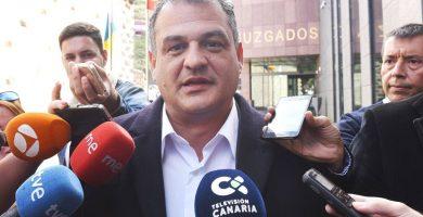 El alcalde de La Laguna atiende brevemente a los periodistas tras declarar ayer en el juzgado. Sergio Méndez