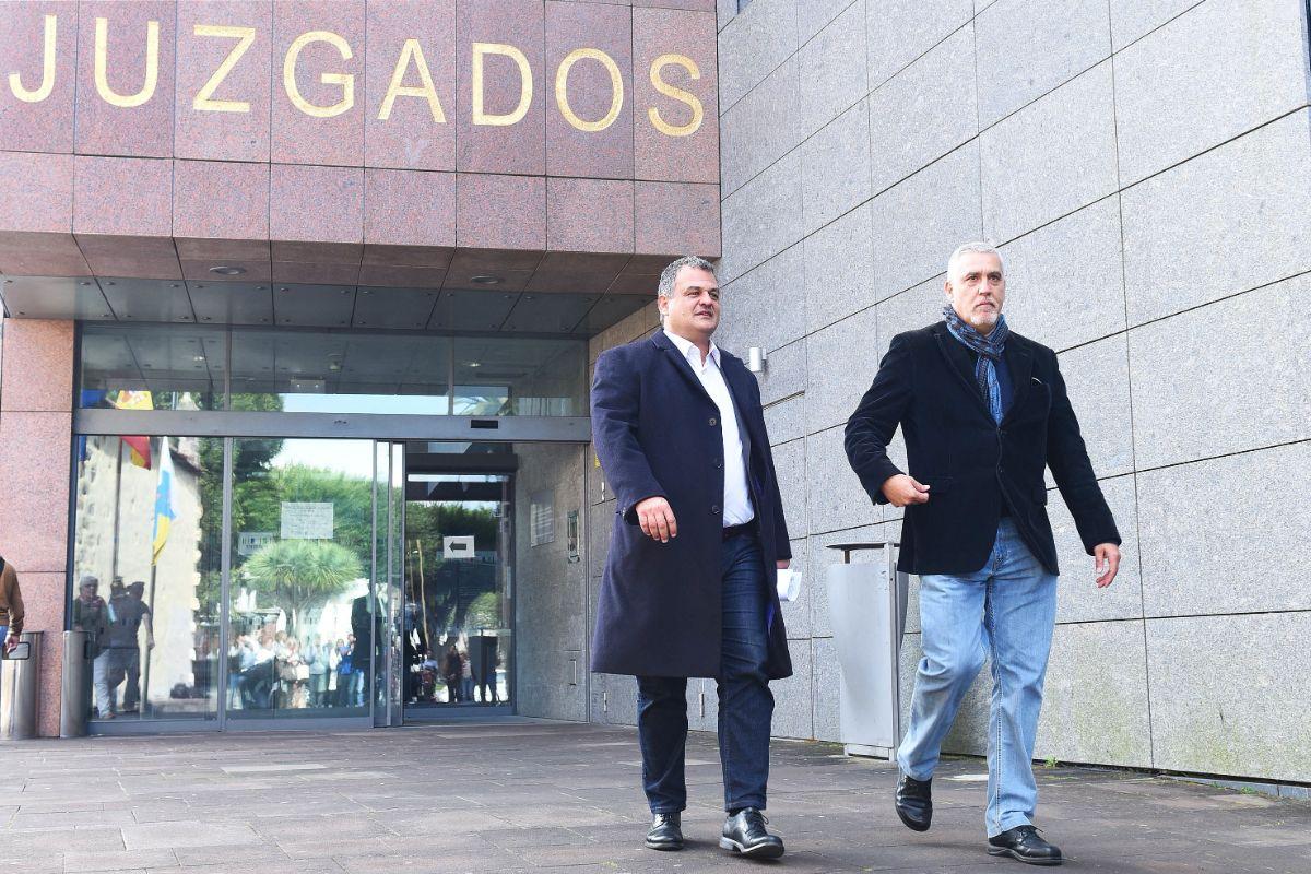 El alcalde de La Laguna, José Alberto Díaz, tras declarar como imputado por el caso Grúas, acompañado de Juan Manuel Castañeda, también de CC. Sergio Méndez