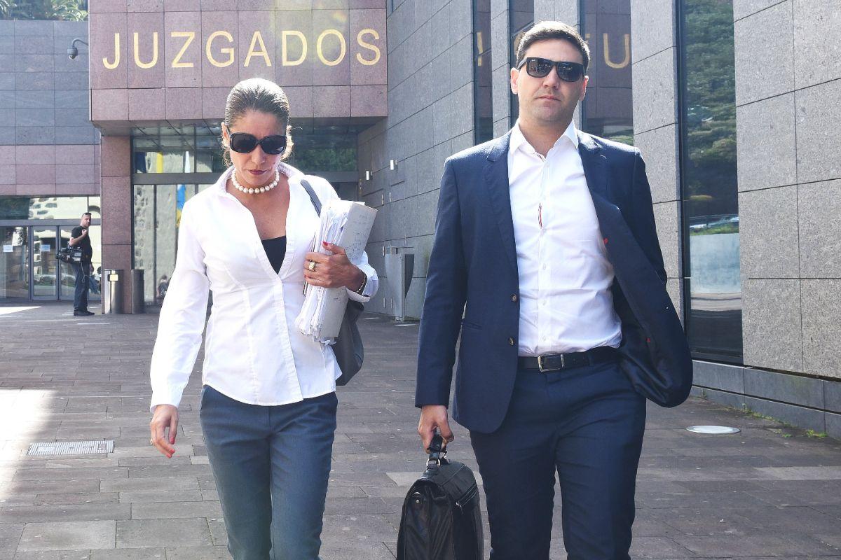 Los abogados de las acusaciones populares Sandra Rodríguez (XTF-NC) y Jesús González (Unid@s se puede), ayer en La Laguna. Sergio Méndez