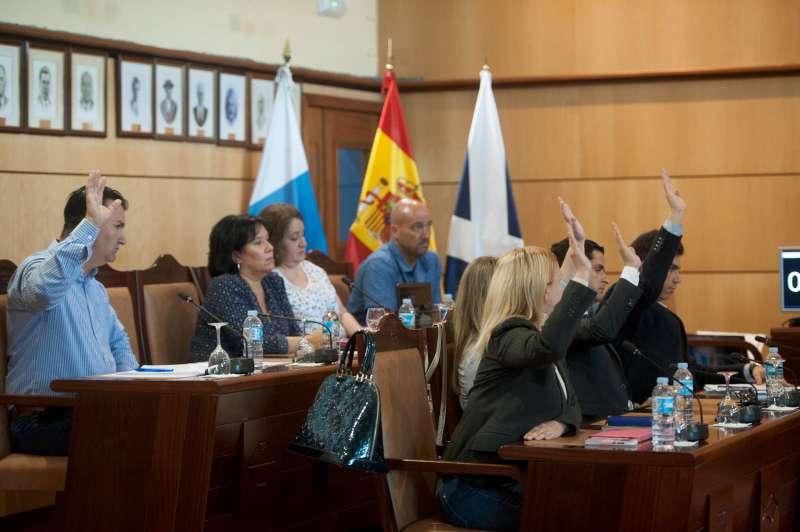 Los once concejales del PSOE (8) y Sí se pude (3) votaron a favor de un Presupuesto que el resto de partidos votó en contra tras negarse a negociar. Fran Pallero