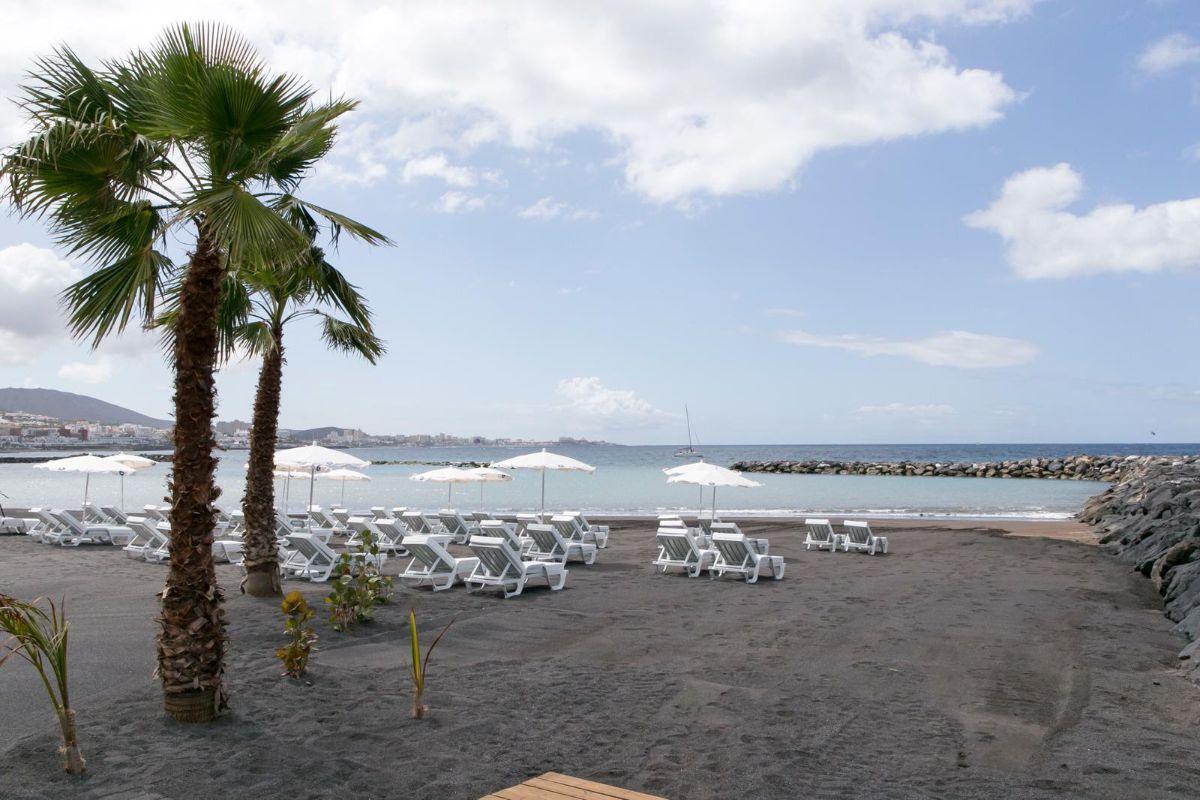 La regeneración de esta franja del litoral adejero supone la recuperación de un espacio de 14.000 metros cuadrados de superficie para el uso de turistas y residentes. DA