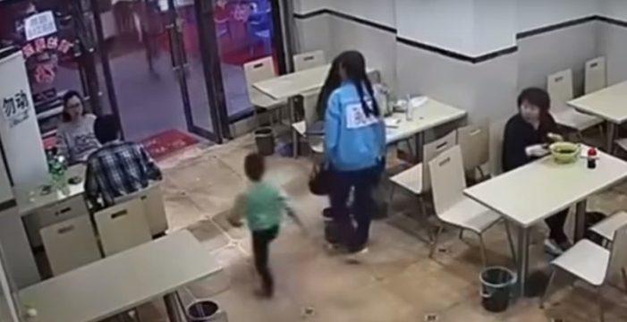 Una embarazada pone la zancadilla a un niño y nadie sabe el motivo