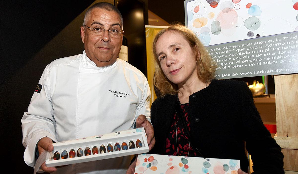 Teobaldo Méndez y Karina Beltrán posan con la caja Bombones de autor. Sergio Méndez
