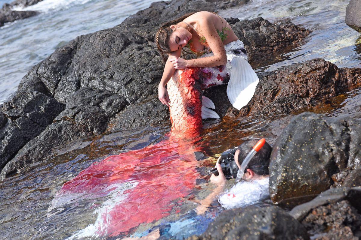 Víctor Núñez fotografía a Andrea Luis transformada en sirena en el sur de Tenerife | Foto Sergio Méndez