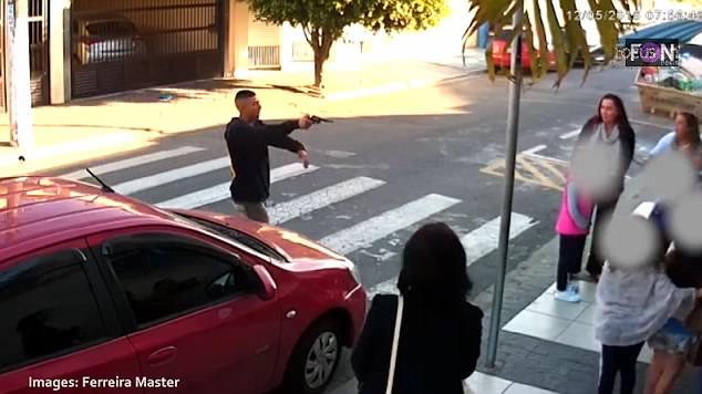 El atracador, justo antes de recibir los disparos. / DAILY MAIL