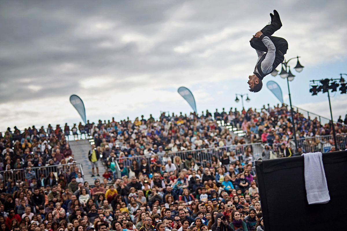 La céntrica plaza             de Europa fue uno de los lugares emblemáticos en los que el público pudo disfrutar de un espectáculo de acrobacia de la compañía francesa Le Collectif de la Basse Cour. Reportaje fotográfico: Andrés Gutiérrez
