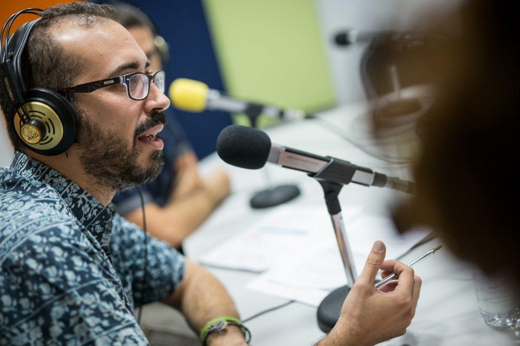 Enrique González, presentador de Radio Himalia, asegura que la responsabilidad de ser portavoz de un colectivo le ha ayudado mucho en su recuperación. | Foto: Andrés Gutiérrez