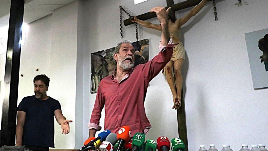 Willy Toledo, con Bardem detrás, durante la rueda de prensa. / EE