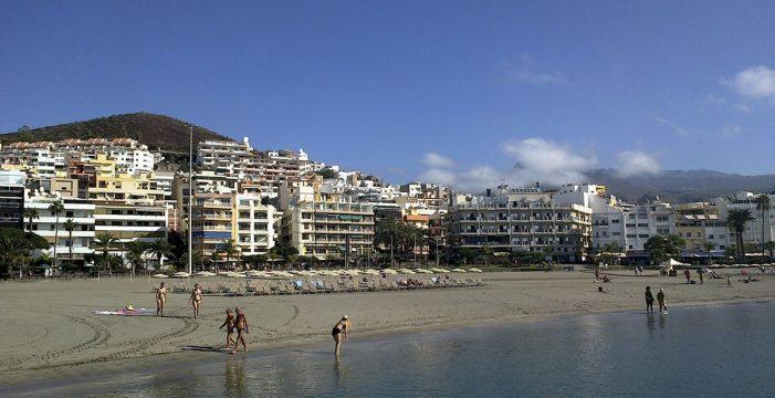Reabierta la Playa de Los Cristianos tras declararse apta para el baño