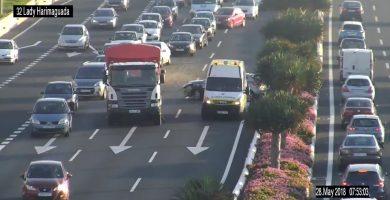 Colisión de un turismo y un camión en Avenida Marítima de Las Palmas