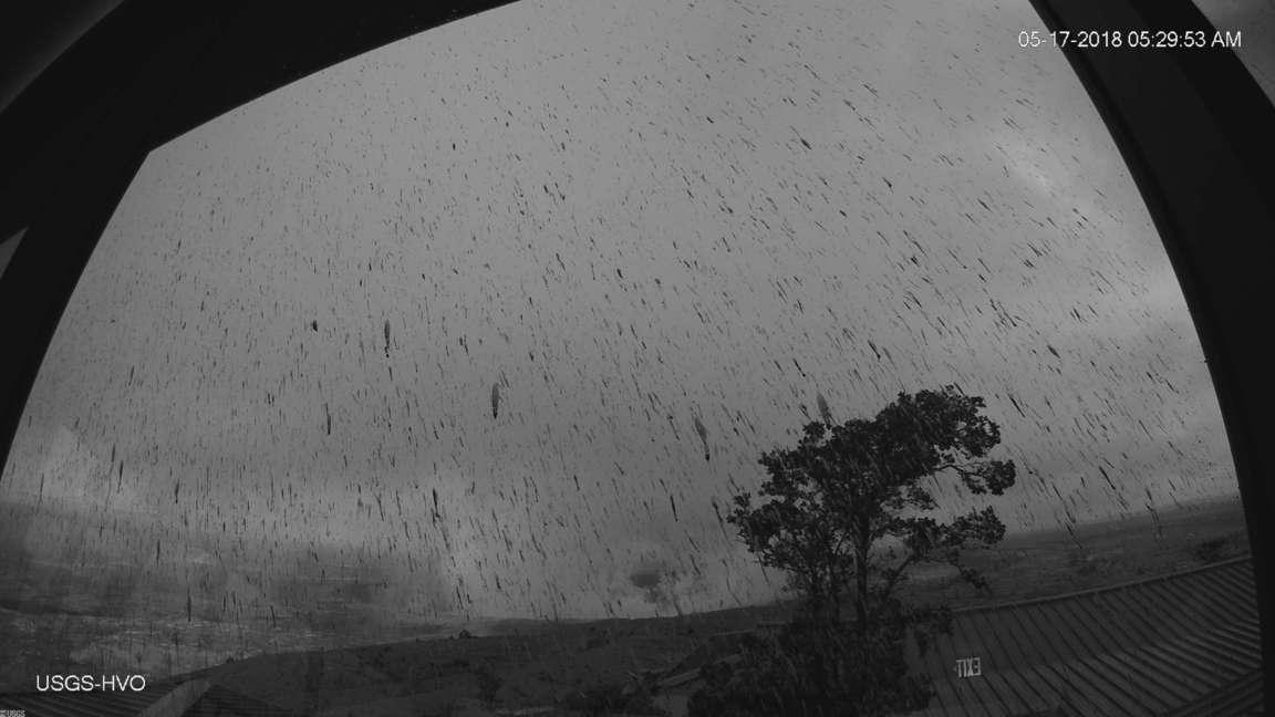 Cenizas que han comenzado a caer tras la erupción explosiva de esta mañana del volcán Kilauea. / USGS