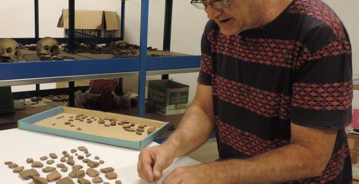 Dejan ante la puerta de la Consejería de Cultura una caja de zapatos con más de 100 piezas arqueológicas