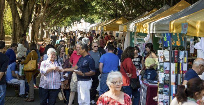 La Feria del Libro de Santa Cruz alcanza su 30 aniversario mientras decrece lectura