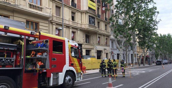 Bomberos buscan a posibles obreros atrapados al derrumbarse parte de un edificio en Madrid