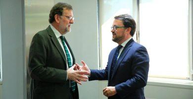 El presidente del Partido Popular de Canarias, Asier Antona, con Mariano Rajoy tras asistir a la reunión del Comité Ejecutivo Nacional del PP, celebrado este martes. | DA