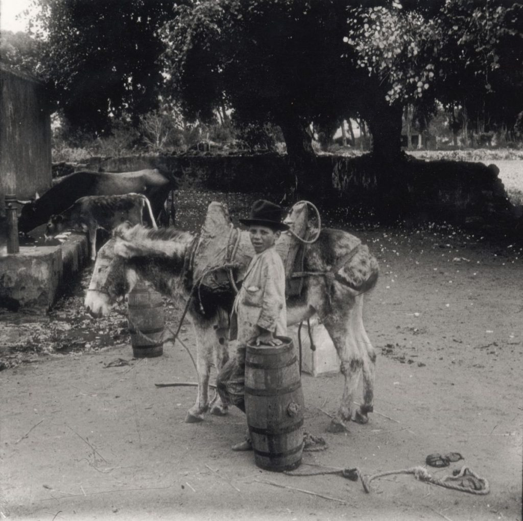 NIño aguador, hacia 1900. | Foto: Fedac