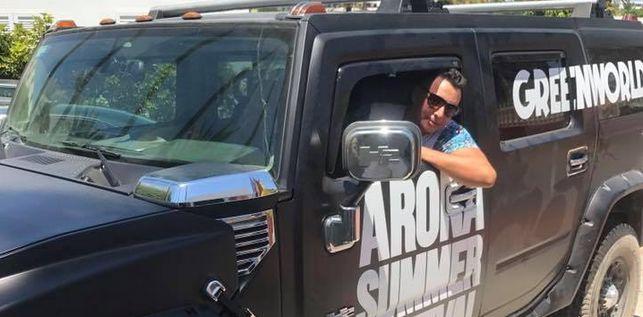 Norberto Jonay Pérez Peña posando a bordo de un todoterreno Hummer. | Ahora.Plus
