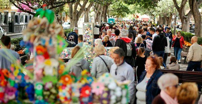 Miles de personas abarrotan las calles de la capital por el Día de la Cruz