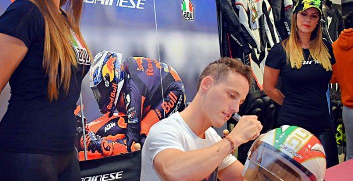 El piloto de MotoGP Pol Espargaró recibe el cariño de la afición tinerfeña