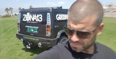 Samuel Yebra posando en un todoterreno Hummer serigrafiado con el logo del local. | Ahora.Plus