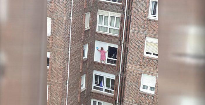 ¿Será Spiderman limpiando las ventanas en pantuflas y bata rosa?