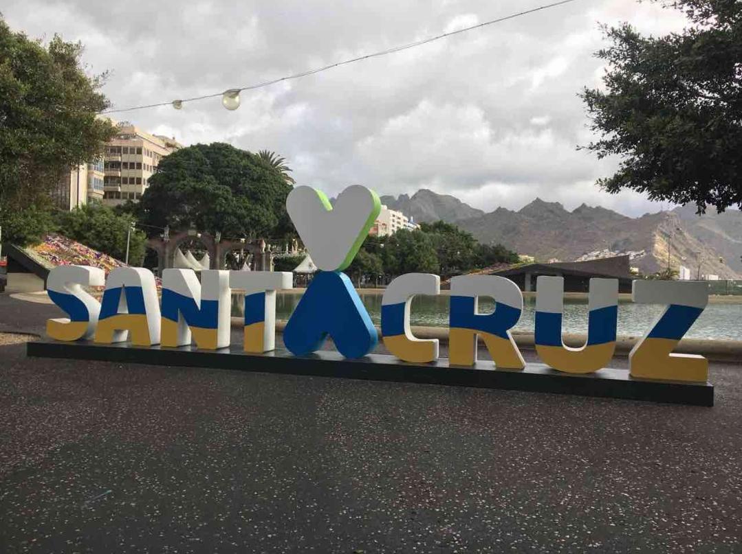 El corpóreo de la marca Santa Cruz, con los colores de Canarias por el Día de Canarias. / DA