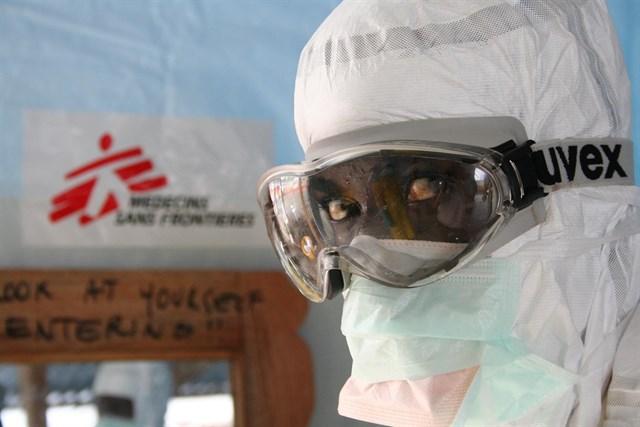 Sanitario con el traje de protección frente al Ébola. / EP