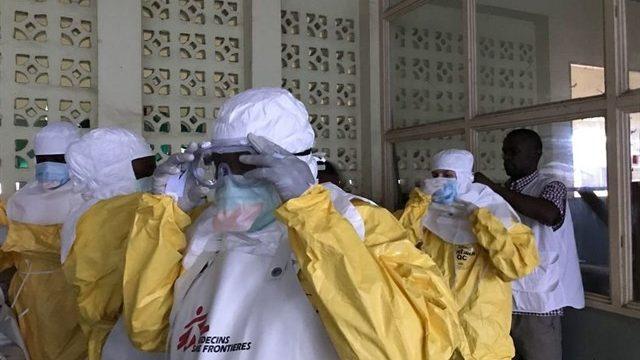Activan la alerta tras encontrar en un portal un bote con la etiqueta 'Ébola'