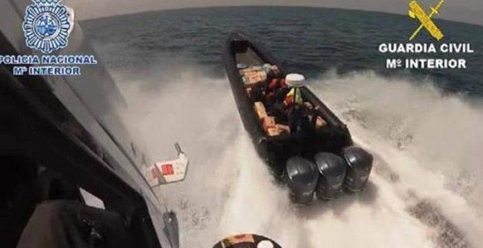Una 'narcolancha' alcanzada por la Guardia Civil en el Estrecho llevaba 4.121 kilos de hachís