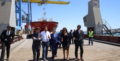 Carlos Alonso, junto a su equipo durante la visita al puerto. DA